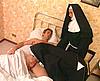 clip Ces 2 bonnes soeurs savent s'occuper d'un patient