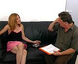 Angelina bais�e par un vieux pour son 1er casting