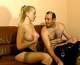 Il lui montre un film porno avant de la baiser