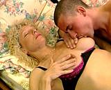 video en allopass :  Une vieille initie un jeune mec au sexe extr�me !