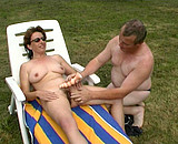 Le mari fiste sa femme au bord de la piscine
