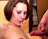 Rencontrée sur un salon, elle tourne son 1er porno