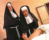 Ces 2 bonnes soeurs savent s'occuper d'un patient