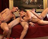 Téléchargement de Couple bisexuel baise en trio avec un pote
