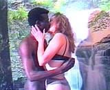 Jolie libertine lèche un beau black d'Afrique