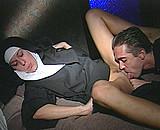 Une bonne soeur bais�e au couvent