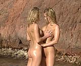 Téléchargement de Des lesbiennes blondes baisent dans une crique