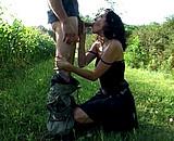 Téléchargement de Elle rencontre un fan qui la baise dans la nature