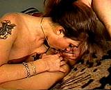 sexe Deux jeunes lesbiennes font un strip poker
