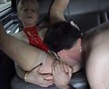 Téléchargement de Coquinette baise à l'arrière d'une voiture