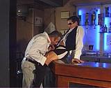 Télécharger porno Il prend un verre avec le serveur et s'emboitent