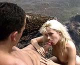 La jeune Zabou taille une pipe sur la plage