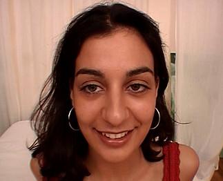 Téléchargement de Lydia, une jeune arabe, débute dans le porno
