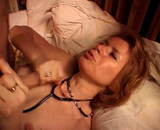 Elle se fait baiser par son patient !