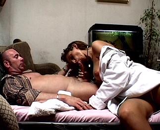 Lisa Sparkle jeune infirmière blonde baisée et sodomisée