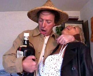 Couple bourré baise en rentrant d'une fête