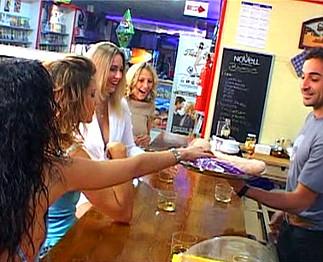 4 lesbiennes en chaleur dans un sex-shop !