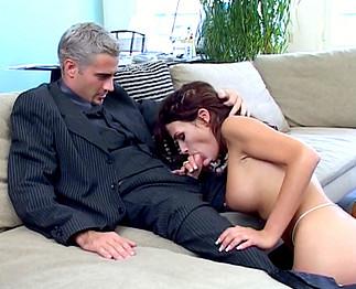 Nina Roberts : Jolie rousse aux gros nichons limée !