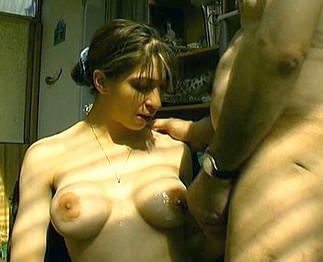 Papy pervers loue une prostituée bien salope aux gros seins !