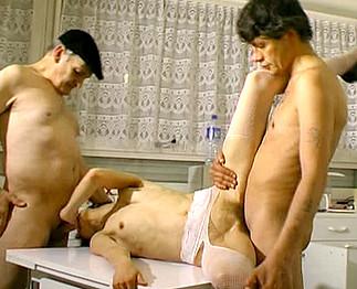 Papy de +60 ans baise l'épouse d'un ami !