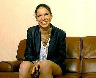 Téléchargement de Sandrine 21 ans dans son 1er casting porno !