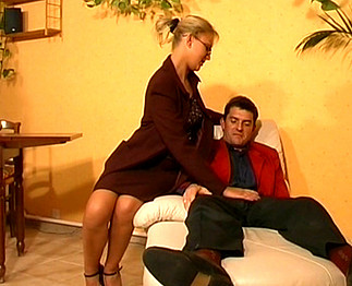 Sexe : Sa psychologue à lunettes est une vraie salope !