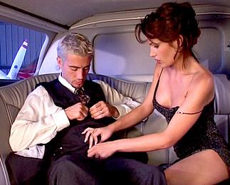 Téléchargement de Homme d'affaire baise sa pute en limousine