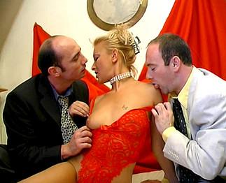 Delfynn Delage se prend 2 bites dans le vagin !!