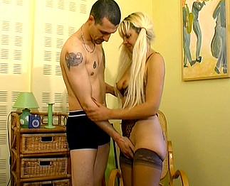 Jolie blonde en bas noirs se fait prendre par le pote de son mec !