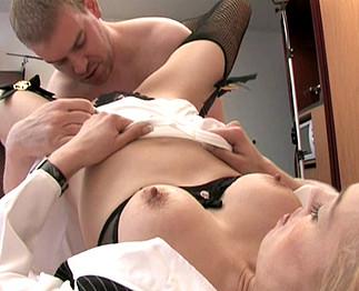 Il arrose de sperme sa jeune maîtresse