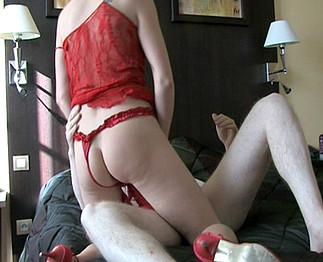 Femme mûre qui aime jouer avec ses pieds