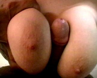 Ce mec prend sa copine pour une grosse salope aux gros seins