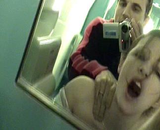 Emy se fait sauter dans les toilettes d'un train