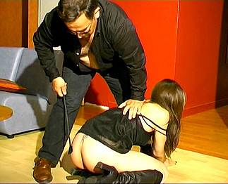 Patron totalement taré met la misère à sa serveuse