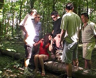 Erika partouzée par une équipe de foot en forêt !!