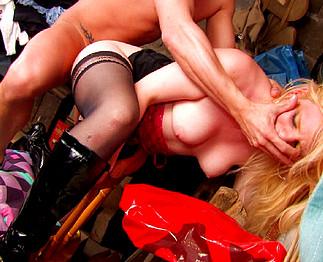 Liliane, jolie blonde sodomisée brutalement