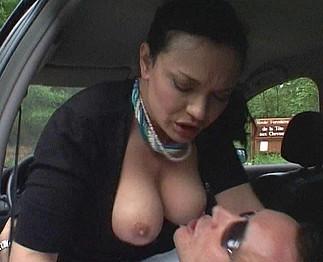 Veronique Lefay : Mature à gros nibards en pince pour un jeunot