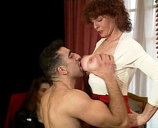 Vieille garce aux gros seins se fait ramoner par un �talon arabe !