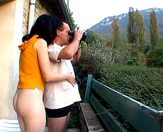 Téléchargement de Ils baisent dans le jardin et les voisins mattent