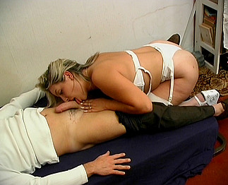 Blonde chaudasse en lingerie sexy use de ses gros seins pour se faire baiser !