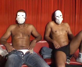 Deux blacks de banlieue défoncent une mature aux gros seins !