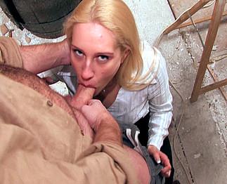 Une belle blonde sexy se fait enculer et d�foncer l'anus !
