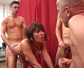 Femme mature partouzée devant son mari