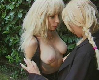 Plaisir lesbien: Vieille pisseuse et jeune salope aux gros seins