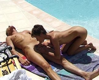 Orgie bisexuelle au bord de la piscine !
