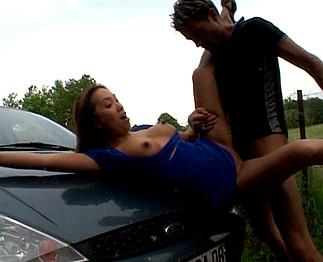 Phil prend en auto-stop une asiatique pulpeuse