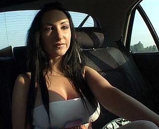 Des gros seins qui attirent tous les automobilistes qui la rencontre !