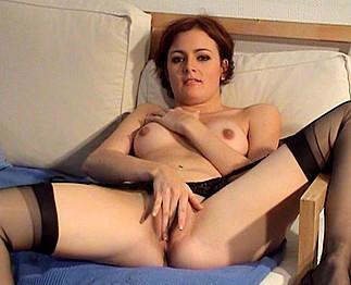 Jolie étudiante se met un sextoy dans sa chambre