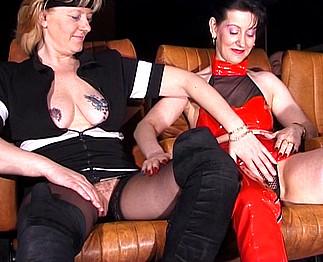 Téléchargement de Deux vieilles lesbiennes se godent dans un cinéma