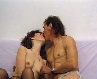 Sexe : Jeune femme baisée par un viel homme
